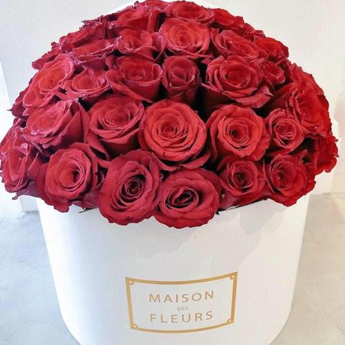 Купить на заказ Красные розы в коробке Maison с доставкой в Нур-Султане