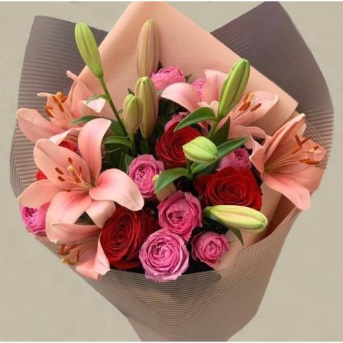 """Купить на заказ """"Розовая страсть"""" с лилиями с доставкой в Нур-Султане"""