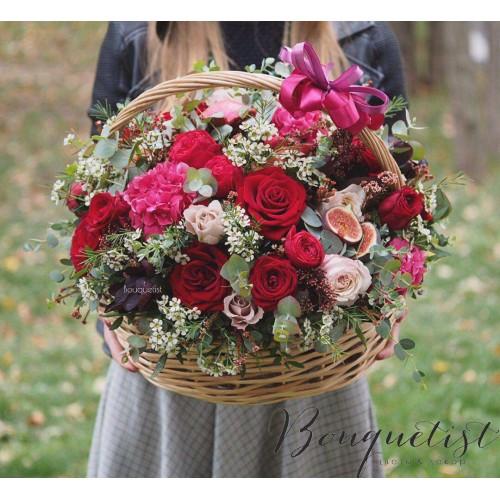 Купить на заказ Шикарная корзина из гортений и роз с доставкой в Нур-Султане