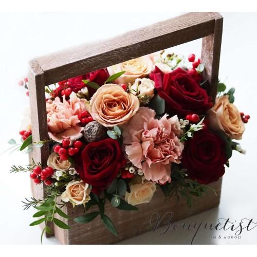 Купить на заказ Кофейно-бордовый букет роз и гвоздик в деревянном ящике с доставкой в Нур-Султане