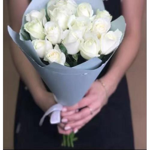 Купить на заказ 15 белых роз с доставкой в Нур-Султане