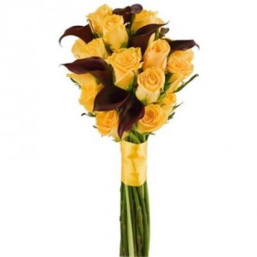 Купить на заказ Букет из желтых роз и темных калл с доставкой в Нур-Султане
