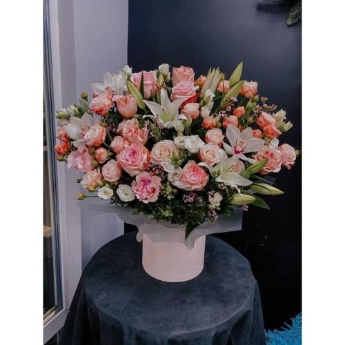 Купить на заказ Белые лилии с розами и экзотикой в коробке с доставкой в Нур-Султане