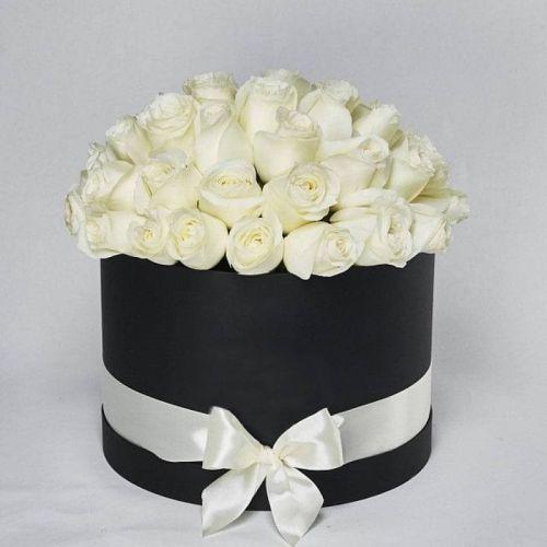 Купить на заказ Белые розы в коробке Maison с доставкой в Нур-Султане